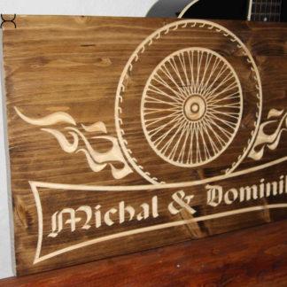 drevená tabuľa pre motorkárov