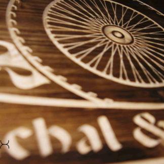 tabuľa z dreva pre motorkárov