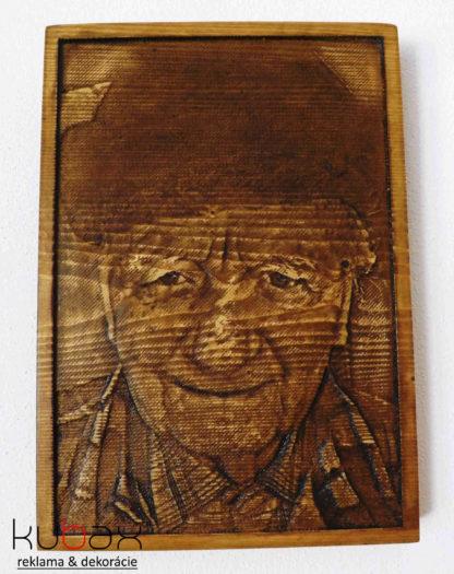 fotka vyrezávaná do dreva