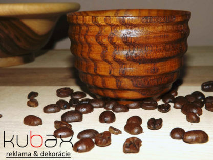 drevená šálka na kávu alebo čaj