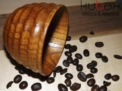šálka z dreva na kávu alebo čaj